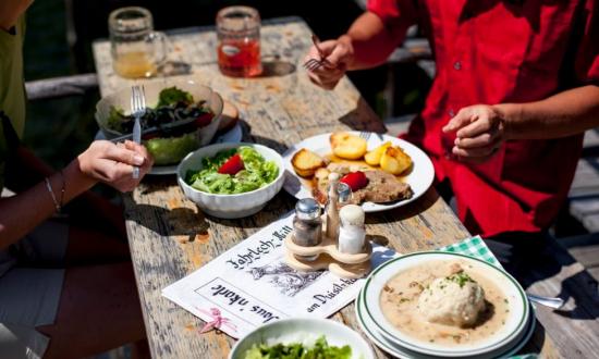 Essen-auf-der-Fahrlechhuette (c) Oesterreich-Werbung_Tom-Lamm